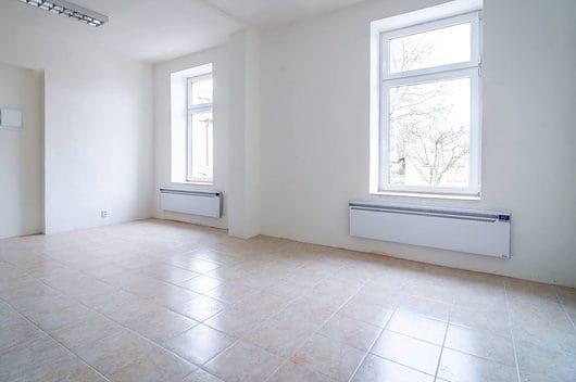 prodej bytu garsoniera osobni vlastnictvi 28m slabce okna