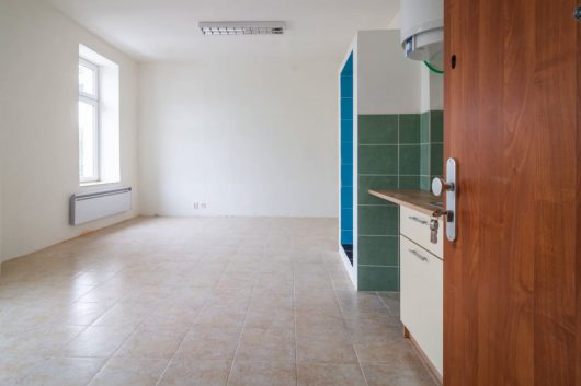 prodej bytu garsoniera osobni vlastnictvi 28m slabce podlaha
